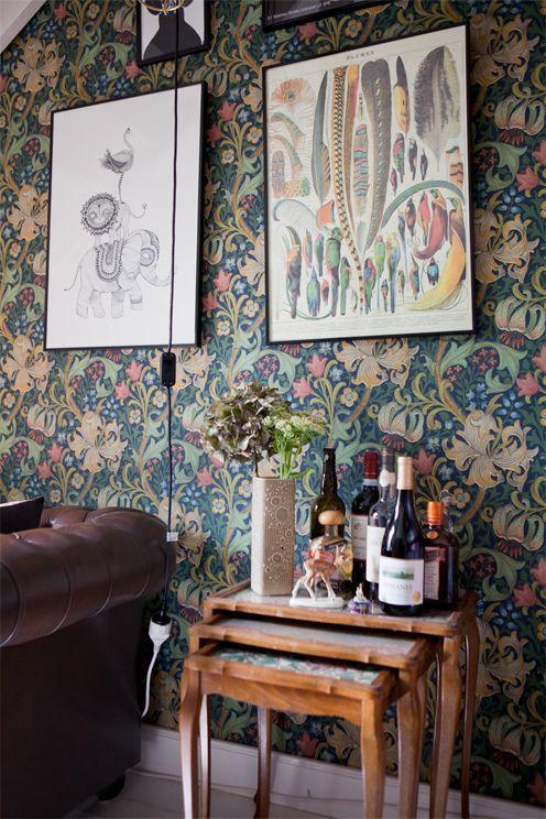 botanizne wzory na ścianie w salonie