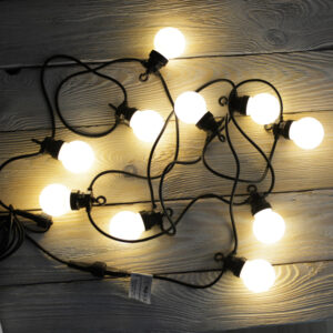 ampki ogrodowe na czarnymkablu ciepłe kule girlanda LED