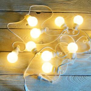 lampki ogrodowe na białym kablu ciepłe kule girlanda LED