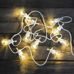 Girlanda ogrodowa LED o przezroczystych kloszach i białym kablu