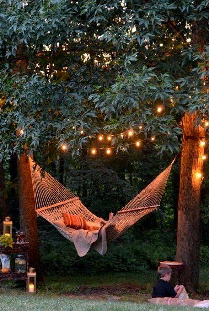 girlandy ogrodowe LED rozwieszone w gałęziach drzew