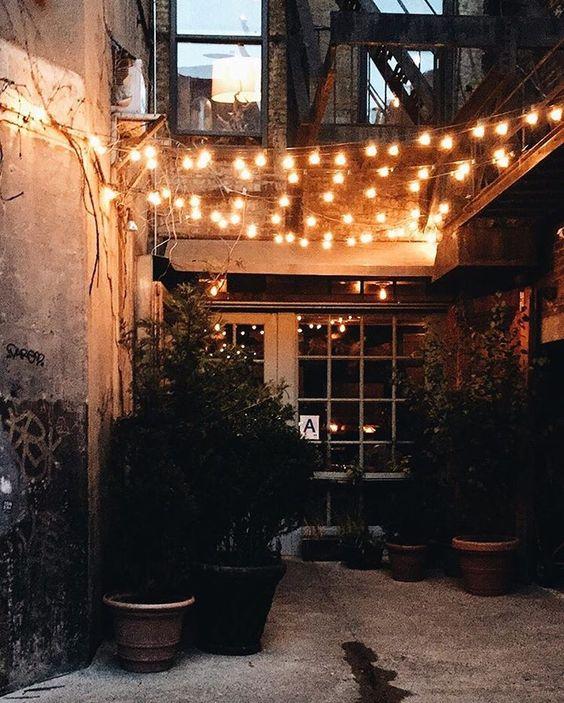 girlanda świetlna sznury lampek LED w ogrodzie