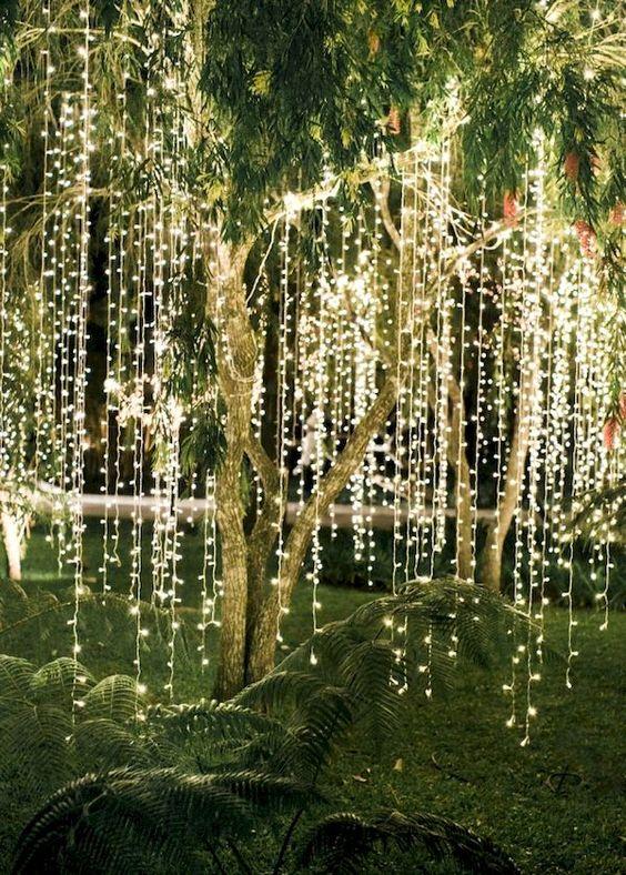 zwisające lampki LED świąteczne z kkonarów drzew