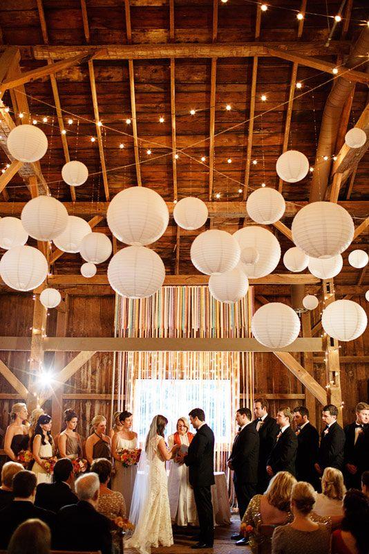 papierowe lampiony i girandy żarówkoew LED na weselu