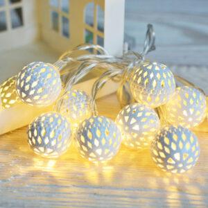 lampki LED ciepłe na baterie w ażurowych, białych kloszach