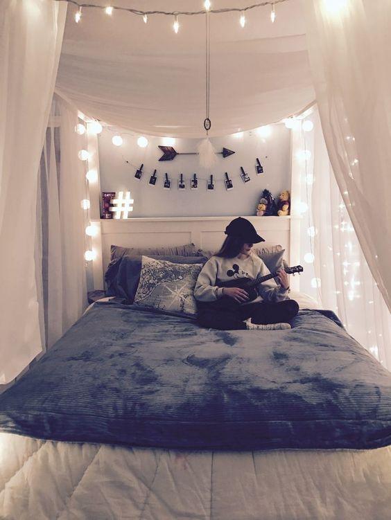 lampki LED żarówkowe i choinkowe w sypialni