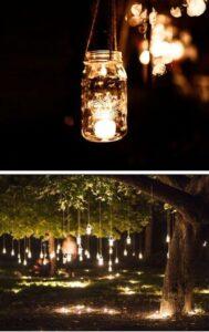 podświetlnae słoiczki lampiony rozwieszone na drzewach