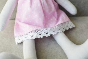 zbliżenie na sukienkę króliczka z bawełny hand made