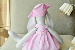 maskotka króliczek wykonana ręcznie w różowej sukience