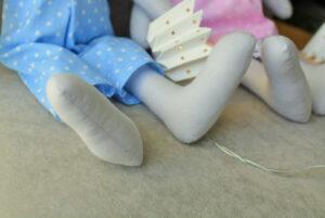 zabawka bawełniana królik zbliżenie na nogi